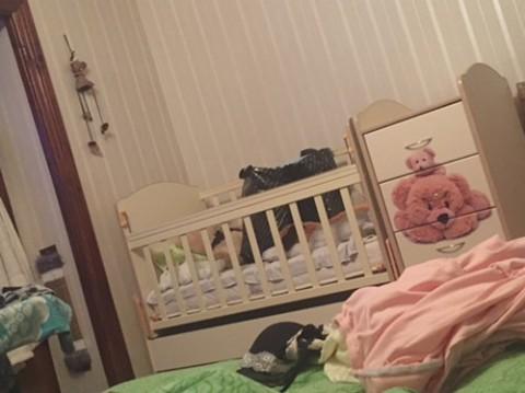 Залез в кроватку к сестре
