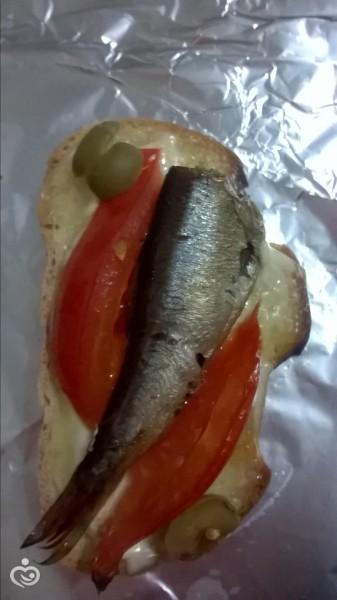 Гренки (горячие бутерброды) со шпротами в духовке