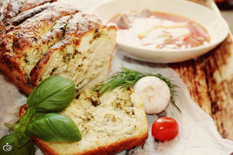 Хлеб с чесноком и травами.