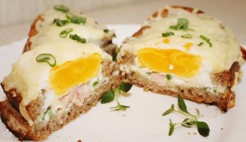 Горячий бутерброд на завтрак из хлеба и яйца.