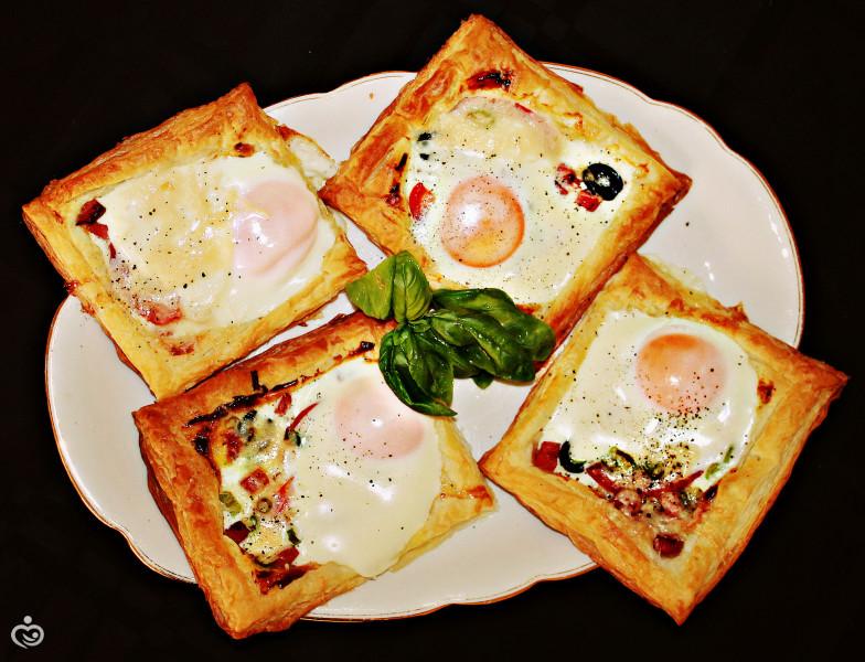Яйцо на слойке. Идея для завтрака.