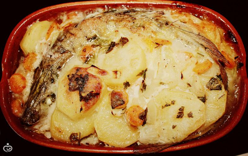 Судак с картофелем запечённые в сметанном соусе.