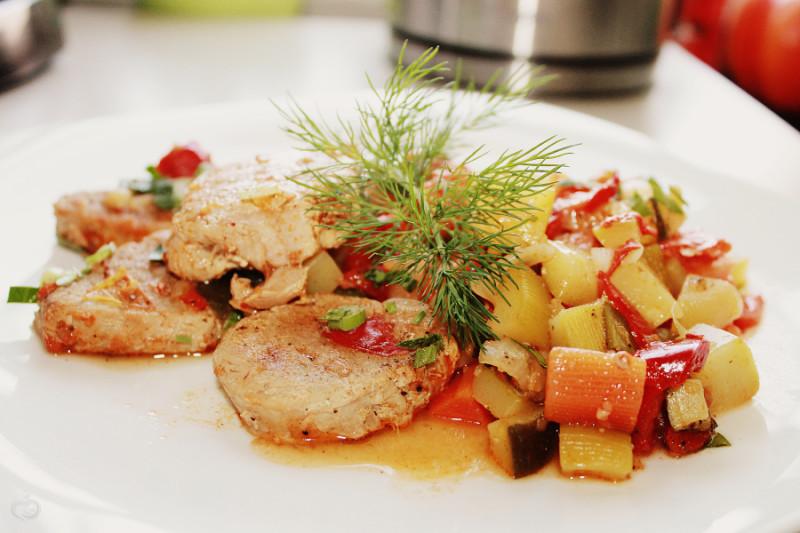 Кабачки тушеные с овощами со свиной вырезкой.